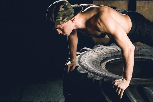 Push-up-übung zum reifen-fitnesstraining