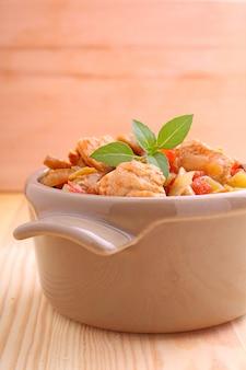 Putenfleisch mit pilzen und gemüse gedünstet