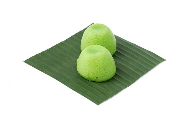 Putu ayu-kuchen auf einem bananenblatt, isoliert auf weißem hintergrund, indonesisches marktessen?