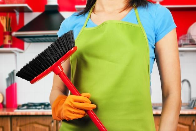 Putzfrau hausarbeit mit besen