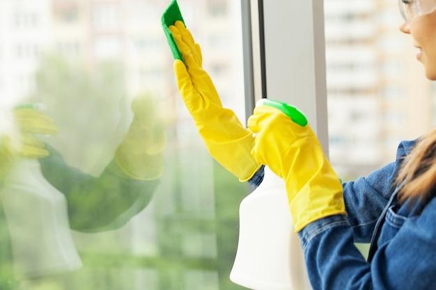 Putzfrau macht die reinigung im büro mit einem feuchten tuch.