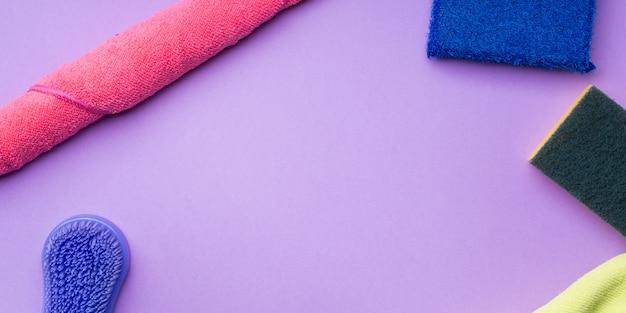 Putztücher und schwämme auf farbigem hintergrund