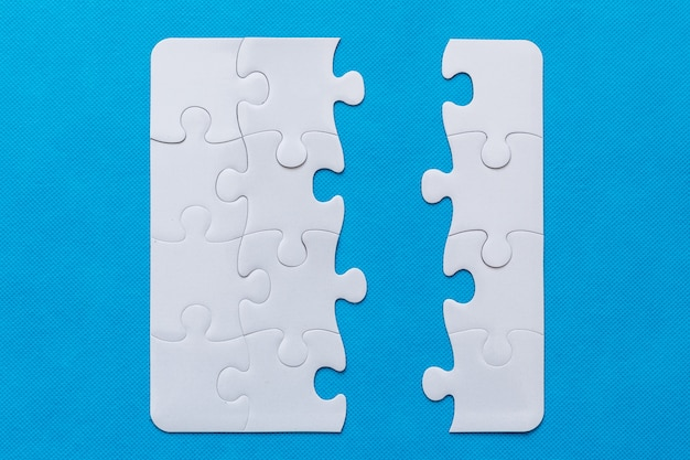 Puzzle auf blauem hintergrund