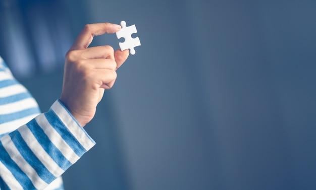 Puzzle, das eigenhändig hält