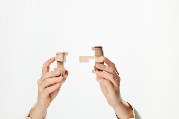 Puzzle in der hand isoliert auf weißem hintergrund