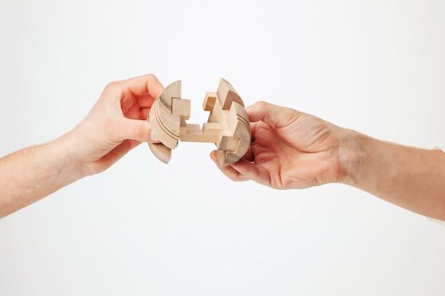 Puzzle in der hand lokalisiert auf weiß