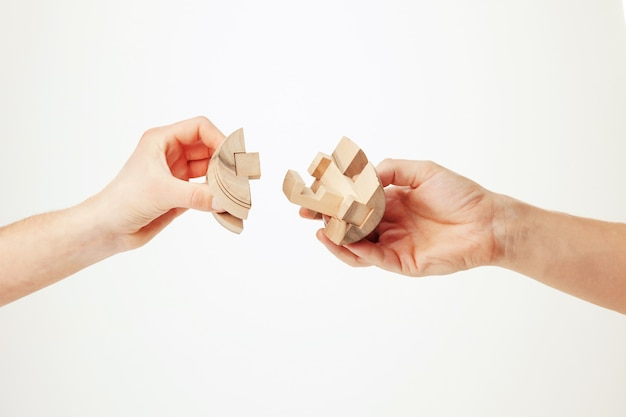 Puzzle in der hand lokalisiert auf weißem hintergrund