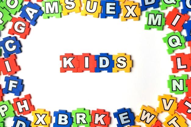 Puzzle kinder auf weißem hintergrund