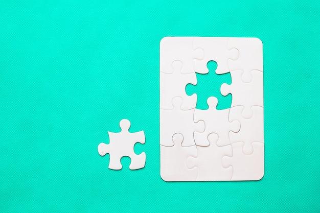 Puzzle mit fehlendem stück auf tadellosem hintergrund