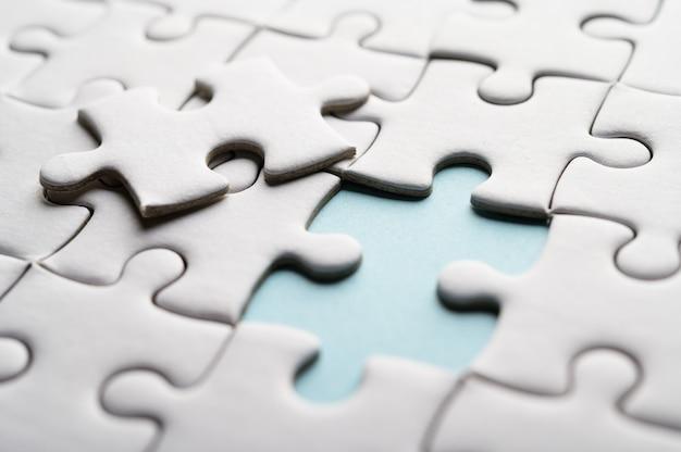 Puzzle mit fehlendem stück. fehlende puzzleteile