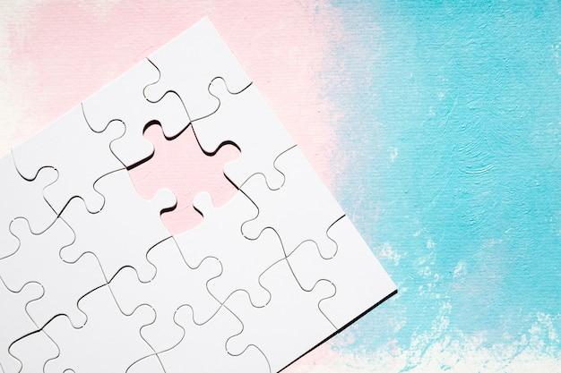Puzzle-spiel mit fehlenden stück auf strukturierten farbigen hintergrund