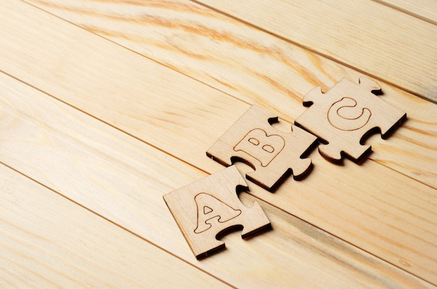 Puzzles mit den buchstaben a, b und c auf holzbrettern