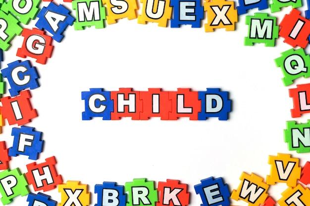 Puzzlespiel-kind auf weißem hintergrund