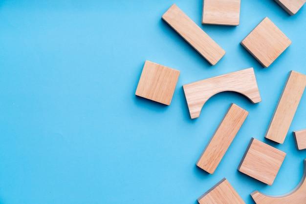 Puzzlespielspielzeug für kind im kreativen bildungskonzept in der ebenenlage