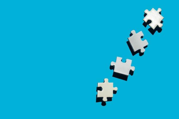 Puzzleteile auf blauem hintergrund puzzle-konzept