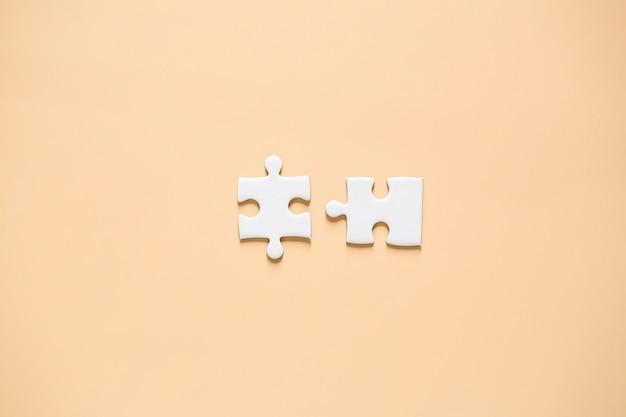 Puzzleteile auf rosa
