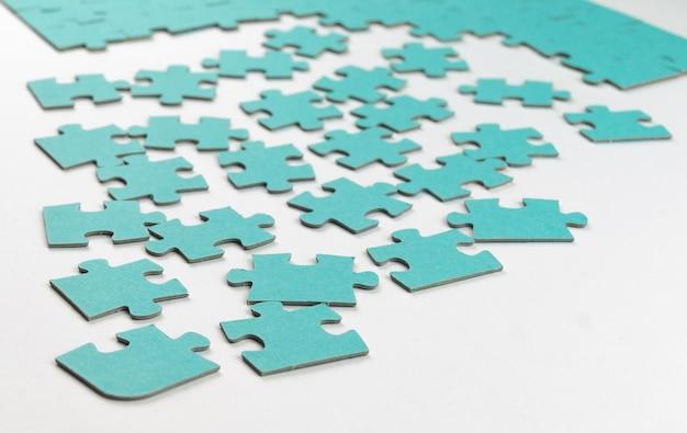 Puzzleteile auf weißem hintergrund