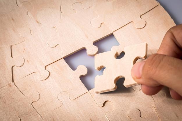Puzzleteile in den händen der frau