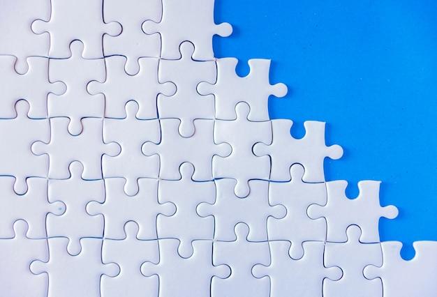 Puzzleweiß auf blauem hintergrund.