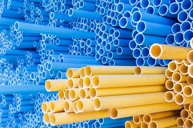 Pvc-rohre für elektrische leitungen (gelb) und wasser (blau)