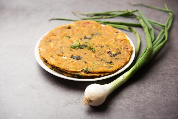 Pyaj parantha oder zwiebelparatha ist eine indisch-pakistanische küche, die auf einem teller serviert wird