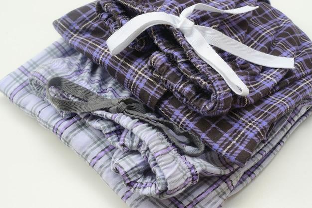 Pyjamas, hosen, frauen auf einem weißen hintergrund