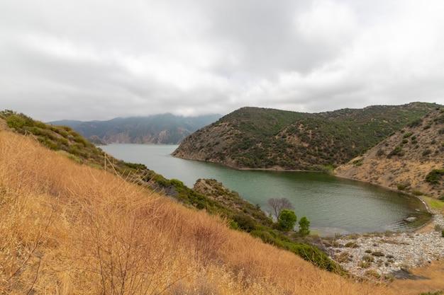 Pyramid lake in kalifornien an einem wolkigen tag eingefangen