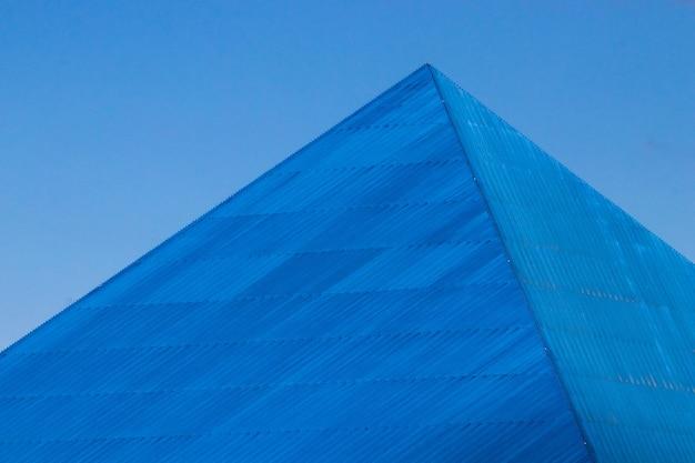 Pyramide auf blau