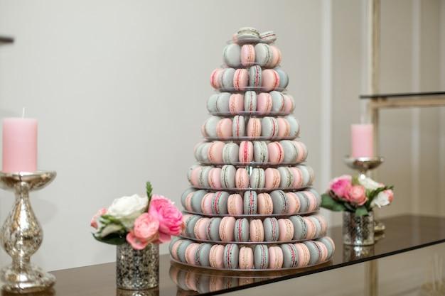 Pyramide aus bunten makronen, süßigkeiten am feiertag, essbare dekoration,