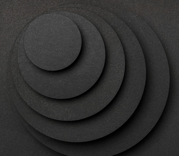 Pyramide aus runden schwarzen papierstücken