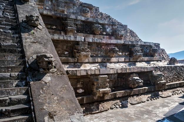 Pyramide in teotihuacan mit den köpfen von tlaloc und der gefiederten schlange.