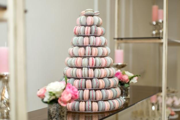 Pyramide von bunten makronen. süßigkeiten im urlaub. essbare dekoration.