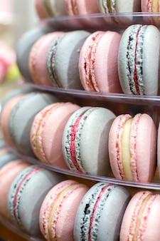 Pyramide von bunten makronen. süßigkeiten im urlaub. essbare dekoration