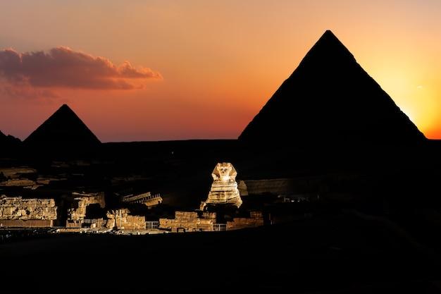 Pyramiden und die sphinx in der dämmerung in gizeh, ägypten.