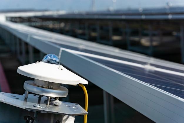Pyranometer zur messung der bestrahlungsstärke in einem solarpark mit blauem himmel, solarzellenanlage.