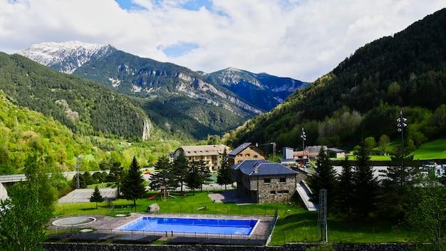 Pyrenäen-berglandschaft in spanien, bielsa-dorf