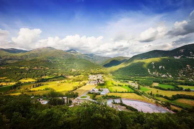 Pyrenäen berglandschaft mit dorf