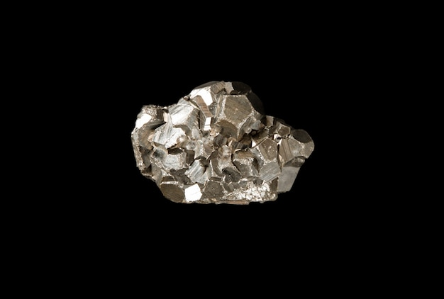 Pyrit-edelstein auf schwarzem hintergrund isoliert