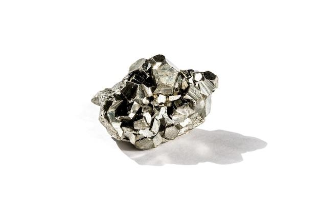 Pyrit-edelstein isoliert auf weißem hintergrund