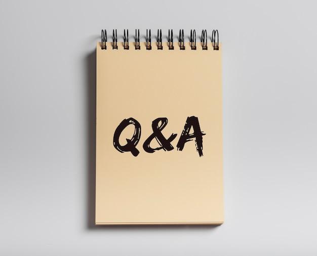 Q-konzept. qa-inschrift, akronym auf notizbuch.