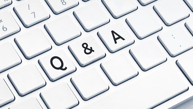 Q und a oder frage- und antworttext auf moderner computertastatur und
