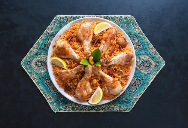 Qatari chicken majboos - nationalgericht von bahrain und katar. arabische küche.