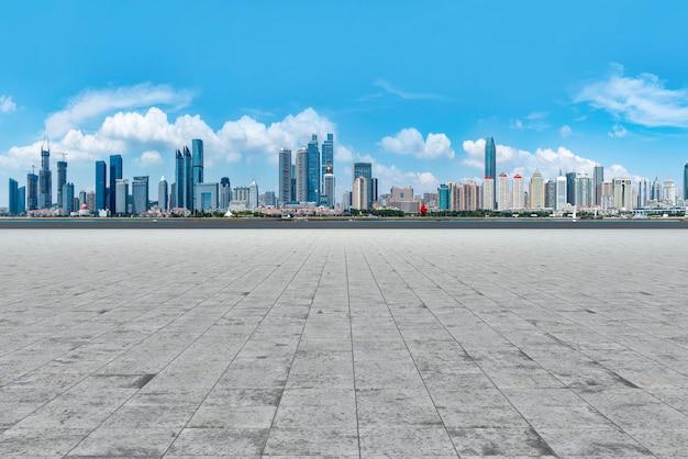 Qingdao-stadtwolkenkratzer mit leeren quadratischen bodenfliesen