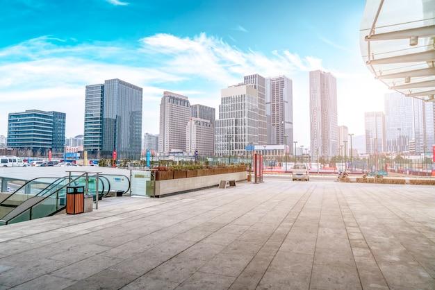 Qingdao-stadtzentrum-quadratgebäudelandschaft und städtische skyline