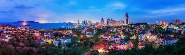 Qingdaos wunderschöne küste und die skyline der architektonischen landschaft