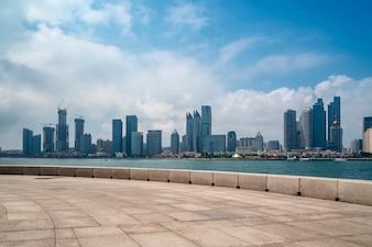 Qingdaos wunderschöne Küste und Stadtbild