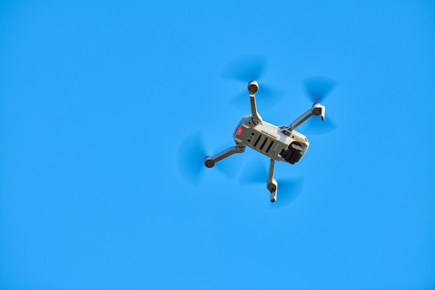 Quadcopter-drohne im himmel