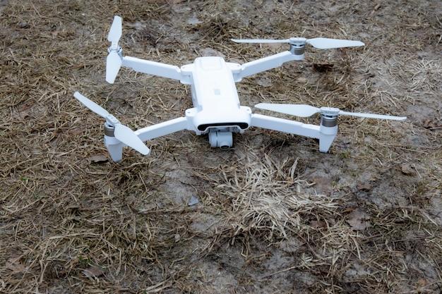 Quadcopter. fliegende drohne. der aufstieg der drohne. draufsicht, nahaufnahme