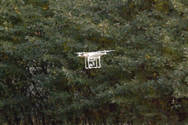 Quadcopter-flugzeuge zum zeitpunkt der videoaufnahme