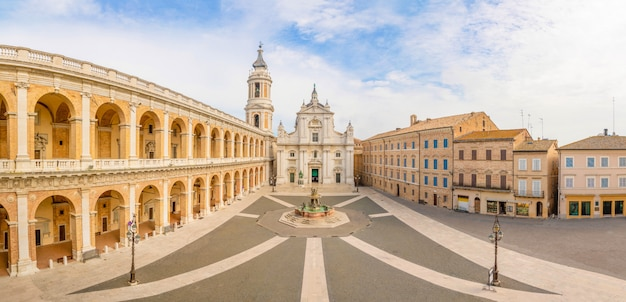 Quadrat von loreto, basilika della santa casa am sonnigen tag